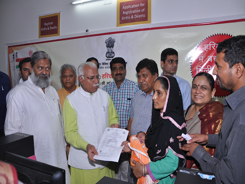 Hon'ble Chief Minister Haryana handing over Aadhaar linked Birth Certificate to a two days old infant in Kot PHC of District Panchkula on 2nd May, 2015